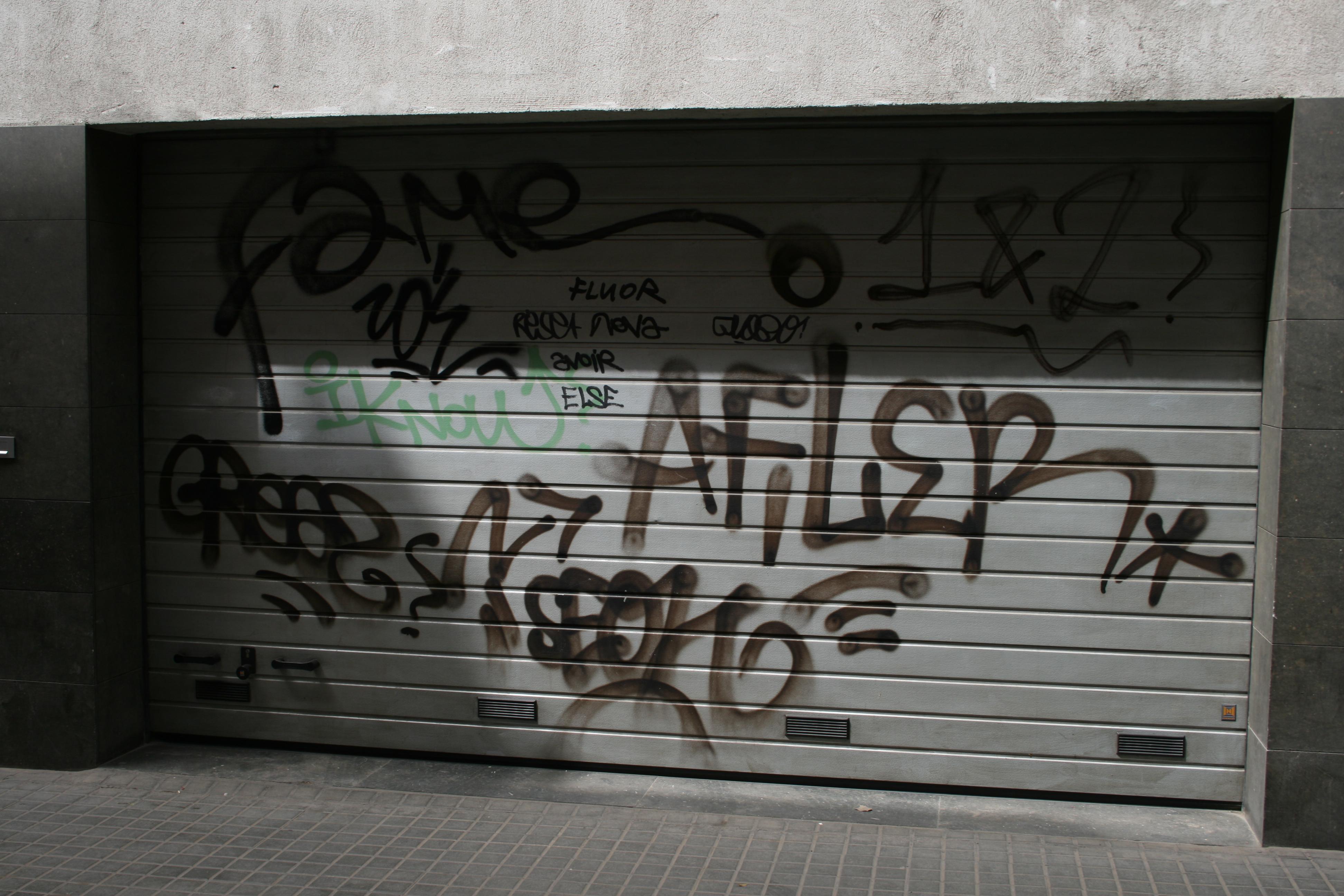 Puertas de garaje con graffiti